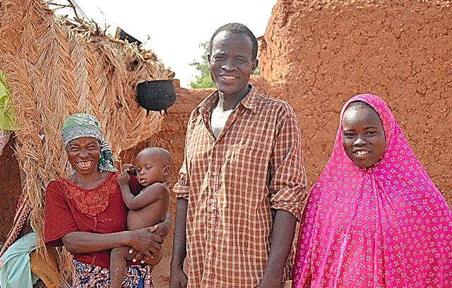 実家で父母と並ぶファチマ・バハラズさん(右)。「この家は人口密度が高すぎる」と母(左)は言った=ニジェール・ザンデール州エルダワ村、大久保真紀撮影