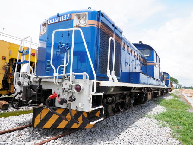 DD51ディーゼル機関車。日本ではJR北海道が所有し、函館―札幌間を寝台特急「北斗星」を率いて走っていた。タイ到着後、日本の軌道幅1067ミリからタイの軌道幅1千ミリに改造された=2019年8月17日、タイ・ノンプラドック、吉岡桂子撮影
