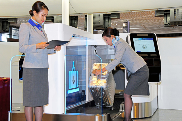 タッチパネルの指示に従って手荷物を預けることができる=2019年8月20日午前11時6分、千葉県成田市の成田空港、根岸敦生撮影