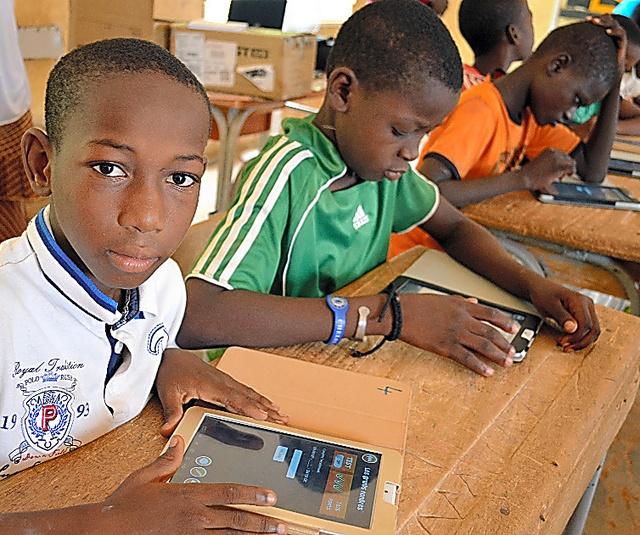 タブレットを使って勉強するトンディビア小学校の6年生たち=ニジェール・ニアメー、大久保真紀撮影