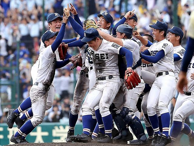 初優勝を決め、喜ぶ履正社の選手たち=江口和貴撮影