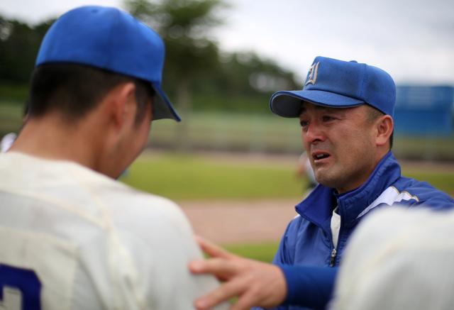試合後、涙ぐみながら選手一人ひとりに声を掛ける磐城の木村保監督=7月15日、白河グリーン