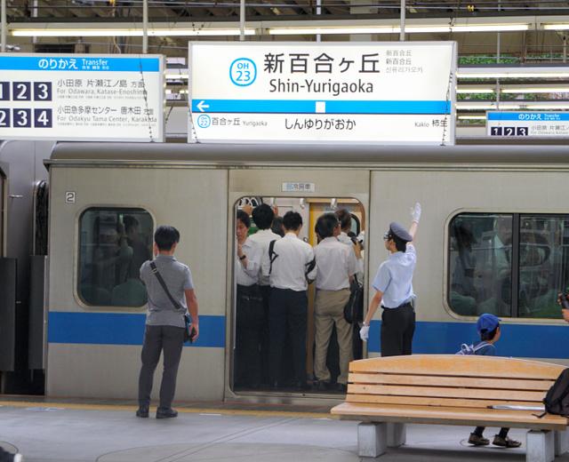 午前7時半すぎの小田急電鉄・新百合ケ丘駅の上り(新宿行き)ホーム。学生バイトも安全を確認して合図を送る(記事中に登場する人物とは関係ありません)=川崎市