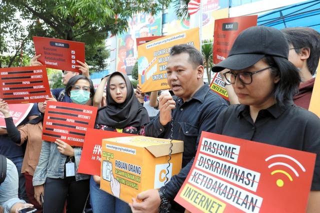 インドネシア通信・情報省の前で、パプア州でのネット制限に抗議する市民ら=2019年8月23日、ジャカルタ、野上英文撮影