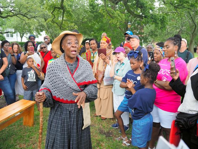 上陸400年の記念式典の会場となった歴史地区では、黒人奴隷の苦難の歩みをたどるツアーも開催された=8月24日、ハンプトン、沢村亙撮影
