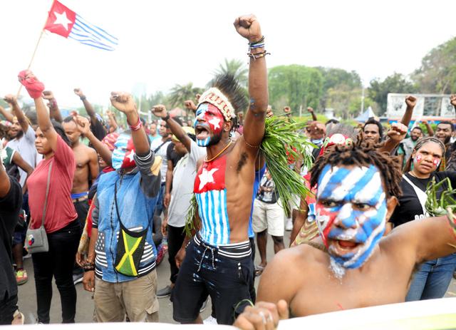 大統領府前で「パプアの独立を」と声を上げるパプア地方出身の学生ら=2019年8月28日、ジャカルタ、野上英文撮影