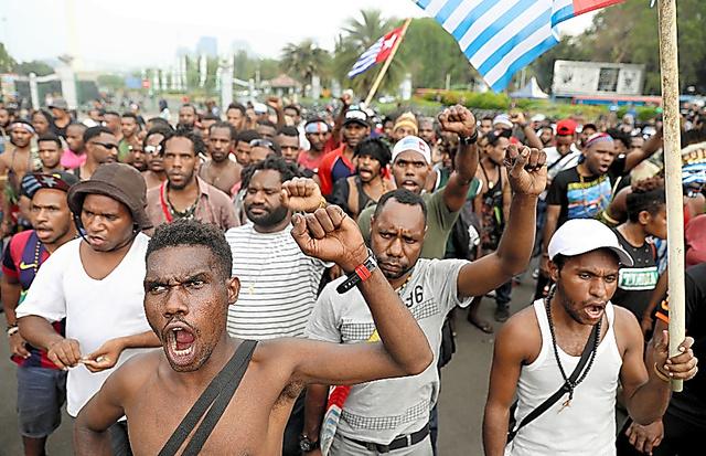 大統領府前で「パプア地方の独立を」と声を上げるパプア出身の学生ら=28日