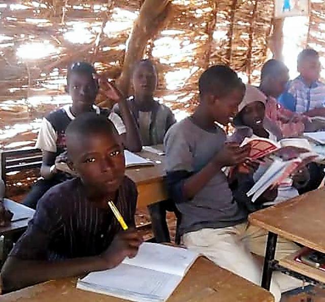 寺子屋で勉強する子どもたち=ニジェール・クオラテギ村、コモン・ニジェール提供