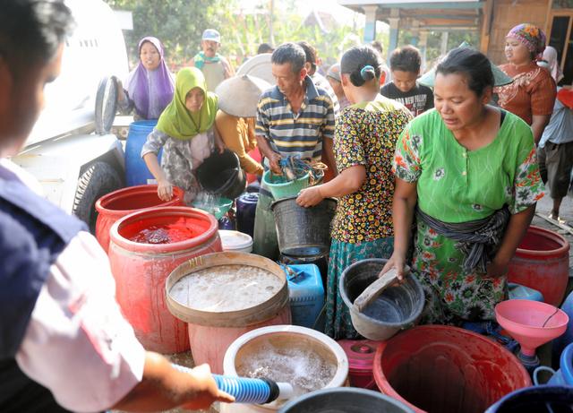 インドネシア赤十字社の給水に集まった住民=2019年9月10日、中部ジャワ州ケンテング、野上英文撮影