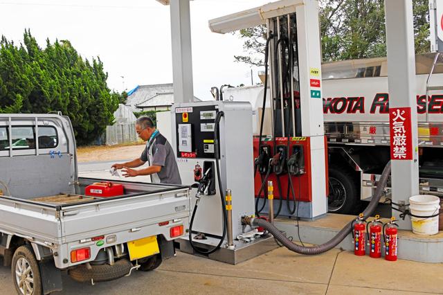 停電のため給油ができなくなっているガソリンスタンドで、タンクローリー車から直接給油するサービスが始まった=2019年9月14日午後0時18分、千葉県芝山町高田、根岸敦生撮影