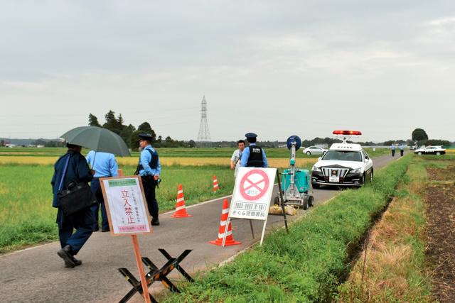 斎田に通じる道は通行止めとされ、警察官が立っていた=2019年18日午後3時36分、高根沢町大谷