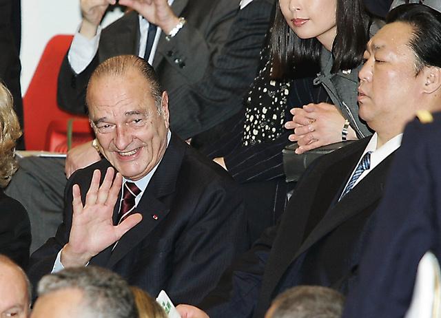 2005年に大阪で相撲観戦をするシラク仏大統領。右は北の湖理事長