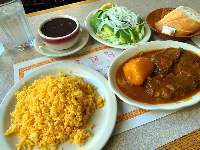 名物料理のショートリブのシチュー(右)=ニューヨークの「ラカリダ78」、沢村写す