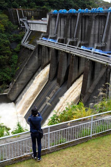 城山ダムからは濁った水が勢いよく流れていた=2019年10月15日午後1時44分、相模原市緑区城山、石平道典撮影
