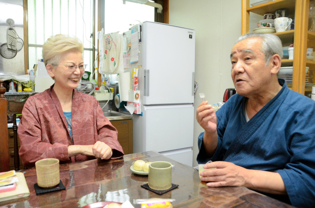 「レビー小体病」の回に登場した櫻井完治さん(右)と妻みどりさん=東京都品川区