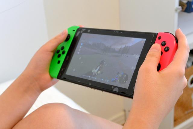 「睡眠相後退症候群」の回に登場した女子生徒は、夜中に携帯型ゲーム機などで遊ぶようになり、朝起きられなくなった=東京都