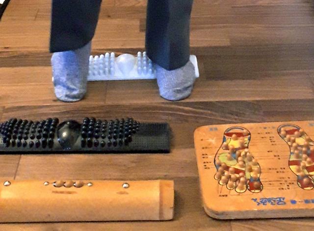 「むずむず脚症候群」の回に登場した男性は、症状を和らげる目的で、足裏を刺激する板を何枚も購入した=埼玉県
