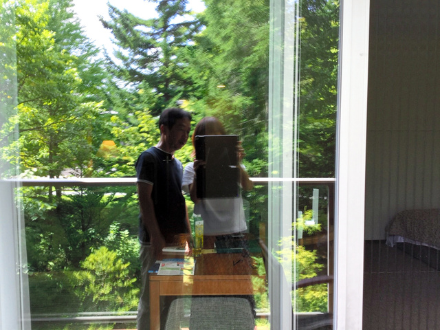 静岡県の女性が2016年、夫と旅行をした軽井沢で、窓ガラスにうつる自分たちを撮った写真(女性提供)