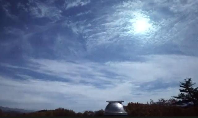 東京大木曽観測所(長野県木曽町)に朝日新聞社と東大が設置している星空ライブカメラがとらえた「火球」=12日午後10時ごろ