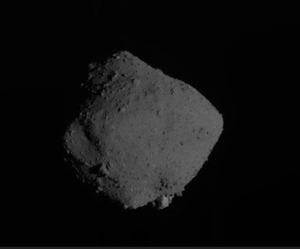 はやぶさ2が遠ざかりながら撮影した小惑星リュウグウ(2019年11月13日午前10時15分、JAXA提供)