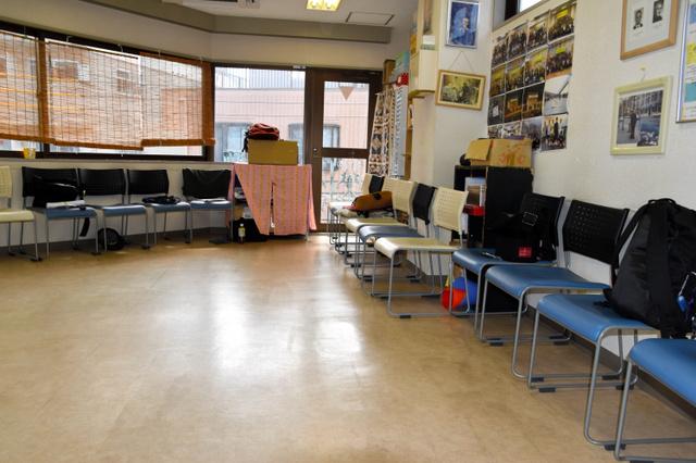 「アルコール」の回に登場した男性が職場復帰をめざし、通所していた施設のミーティングルーム。この部屋で自身の体験を話したり、仲間の経験を聞いたりする=東京都北区