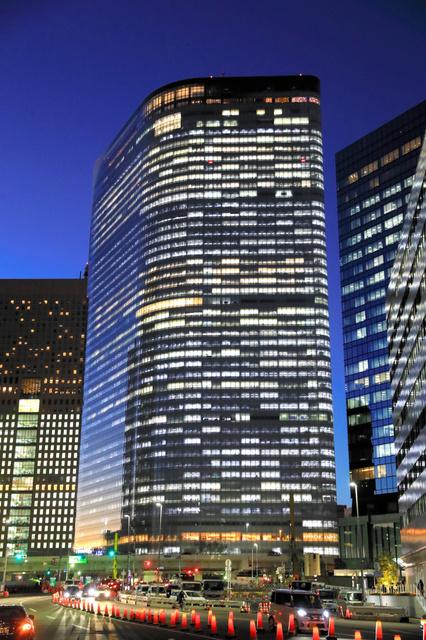 明かりをともした電通本社ビル=2016年12月、東京都港区、長島一浩撮影