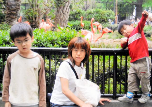 網膜色素変性症の診断を受ける前の石原純子さん。息子2人の子育てに奮闘していた(石原さん提供)
