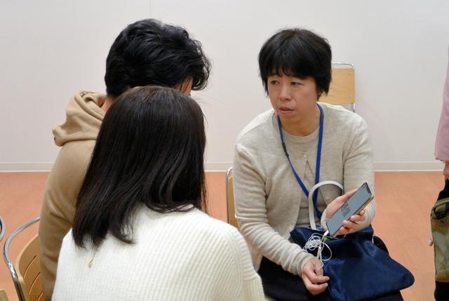 相談会でスマホの使い方を助言する石原純子さん=東京都江戸川区