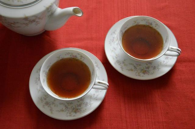 紅茶には100mlあたり30mgのカフェインが含まれます。コーヒーの半分ですが、煎茶やほうじ茶よりは多い量です