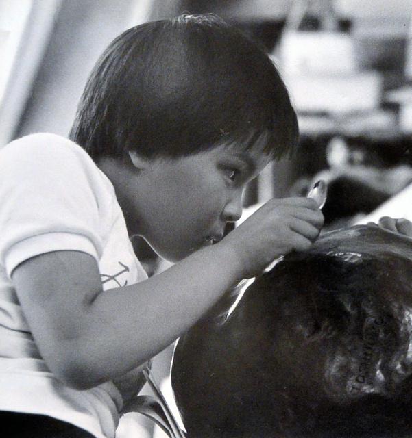 千葉盲学校小学部4年のころの大川和彦さん。写真集「見たことないもの作ろう!視覚障害児の作品から学ぶ」に掲載された