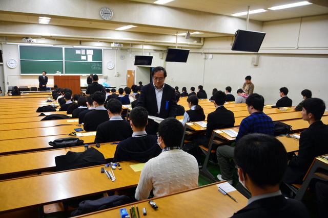 緊張した面持ちで問題冊子の配布を待つ受験生たち=京都市左京区の京都大吉田キャンパス