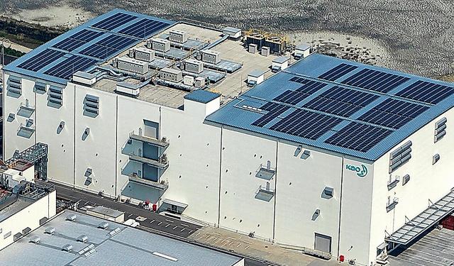 太陽光パネルを屋上に敷き詰めた花王グループの愛媛工場=愛媛県西条市、同社提供