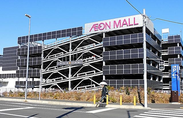 イオンモール座間の立体駐車場の壁には太陽光パネルが取り付けられていた=神奈川県座間市