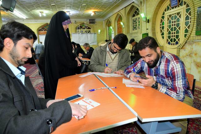 イランの国会議員選挙の投票をする市民。投票は新型コロナウイルス感染による死者が発表されてから2日後にあった=2020年2月21日、杉崎慎弥撮影