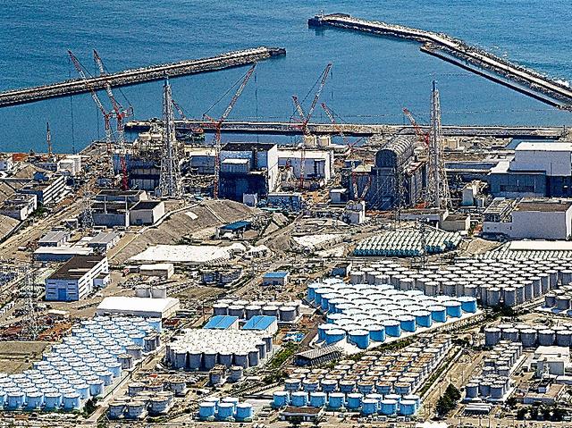 汚染水をためるタンク(手前)が立ち並ぶ東京電力福島第一原発=2019年8月撮影