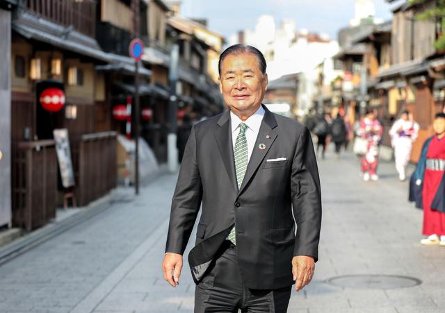 花見小路に立つ立石義雄さん=2019年1月、京都市東山区