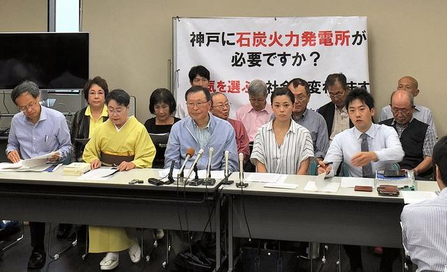 神戸市で建設中の石炭火力発電所をめぐる建設差し止め訴訟の提訴時の会見。前列右端が弁護士の杉田峻介=2018年9月、杉田提供