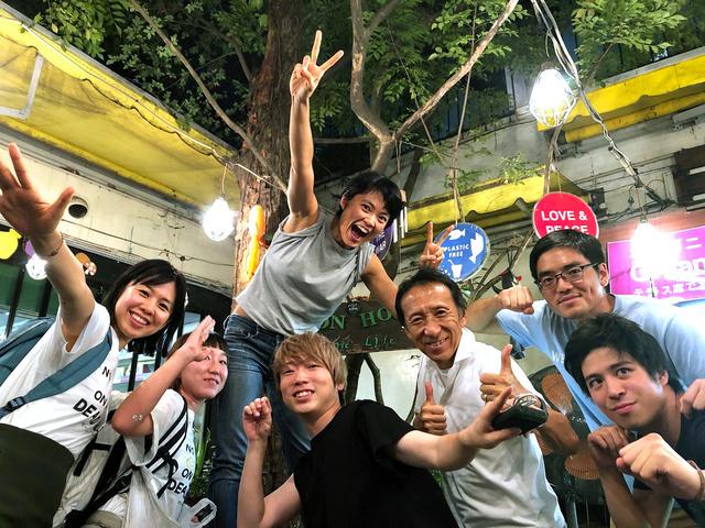 「350.org」の横山隆美(右から3人目)とスタッフら=東京都港区、横山提供
