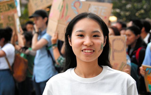 気候マーチに参加した高校生の岩野さおり。左ほおは「地球のイメージをペイントしてもらいました」=2019年9月20日、東京都渋谷区