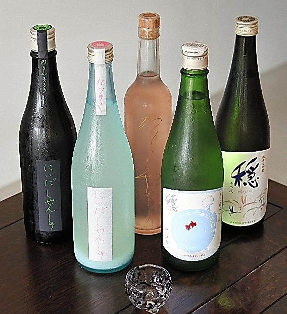 左2本が「にいだしぜんしゅ」、中央は赤ワイン貯蔵に使用したオークだるで熟成した「かをるやま」、右2本は「穏」
