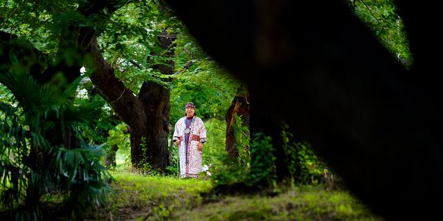「後藤新平賞」の授賞式には、アイヌ文様が施された鉢巻き「マタンプシ」に首飾り「タマサイ」、そして民族衣装で臨んだ。撮影は会場近くの緑地で行った=東京都千代田区
