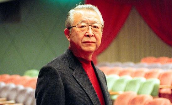 山崎正和さん=1999年2月、神戸市中央区の新神戸オリエンタル劇場