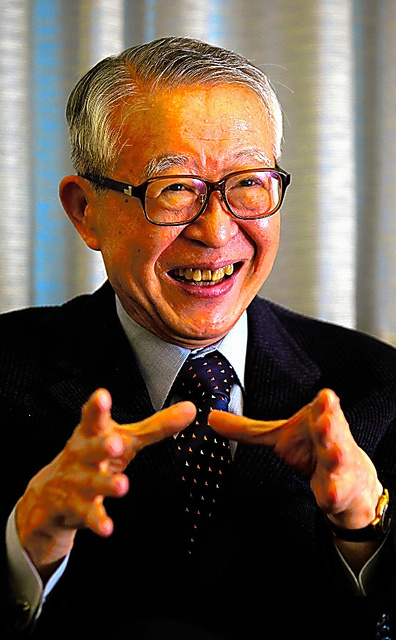 インタビューにこたえる山崎正和さん=2010年11月