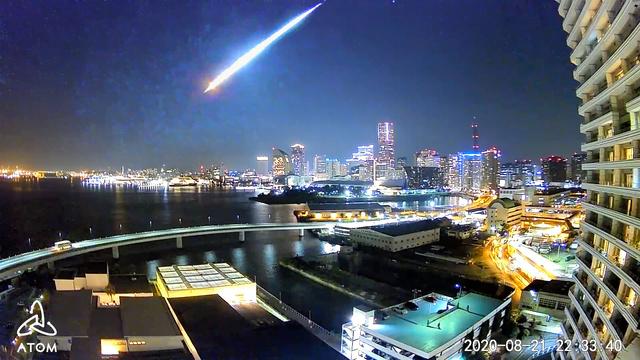 まぶしい光を放ちながら落下する火球=2020年8月21日午後10時30分ごろ、アトムテック撮影の動画から