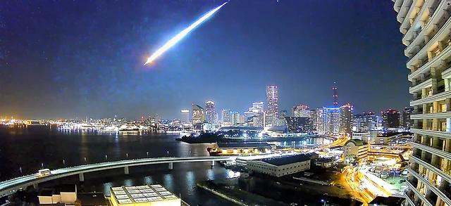 まぶしい光を放ちながら落下する火球=21日午後10時30分ごろ、アトムテック撮影の動画から