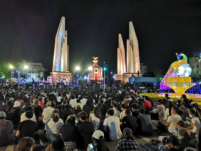 民主記念塔前で開かれた反政府集会は午後11時ごろまで約8時間も続いた。不敬罪のあるタイではタブー視されている王室批判も飛び出した=8月16日、バンコク、吉岡桂子撮影