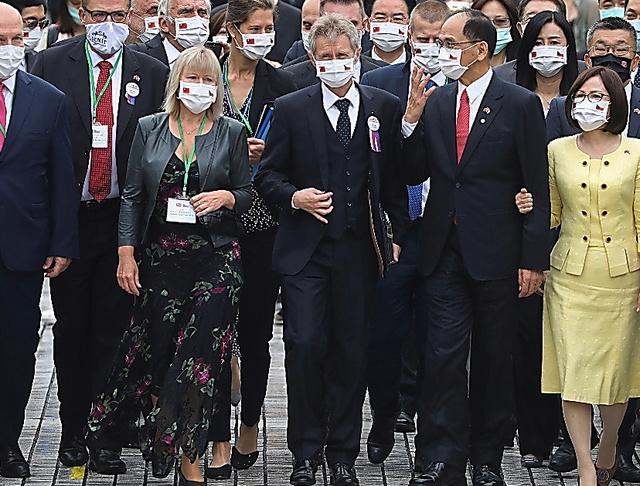 1日、台湾の立法院(国会)に到着したチェコのビストルチル上院議長(前列右から3人目)ら一行=ロイター