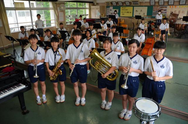 三島中学吹奏楽部。前列は活動を続ける3年生6人=長岡市吉崎