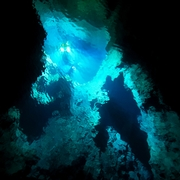 地底の湖、澄み切った深い水 その奥に巨大な水中空間か