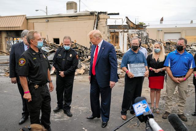 黒人男性が警察官から銃撃されて重傷を負った事件への抗議が続くウィスコンシン州ケノーシャを1日、視察に訪れたトランプ大統領=AP。トランプ氏は治安当局者らと面会し、「(デモ隊の)行為はテロ活動だ」と批判した